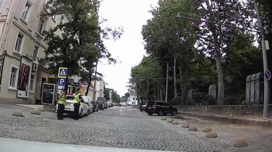 Gata cu parcările pe Columna între Pușkin și Bodoni. Troleibuzul are PRIORITATE, iar șoferii sunt lăsați fără soluții
