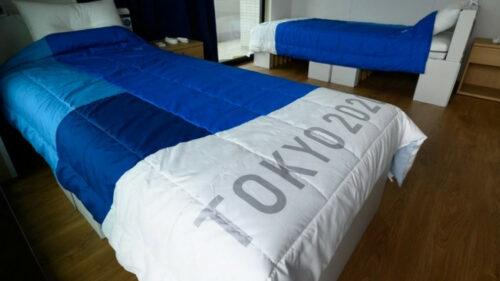 VIDEO Mitul paturilor anti-sex de la Tokyo distrus în totalitate de sportivii din Israel. Nouă persoane au sărit pe el
