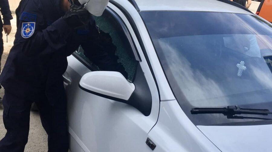FOTO Copil de DOI ani, blocat într-o mașină. Pompierii au spart geamul portierei pentru a debloca autovehiculul