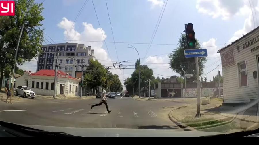 VIDEO Și-a pus viața în pericol! Un băiat care traversează strada în fugă, la un pas să fie lovit de o mașină