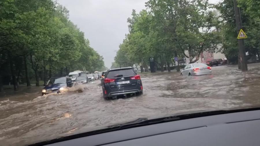 VIDEO S-a spart cerul peste Chișinău! Mașinile circulă bară la bară, iar străzile din oraș sunt inundate