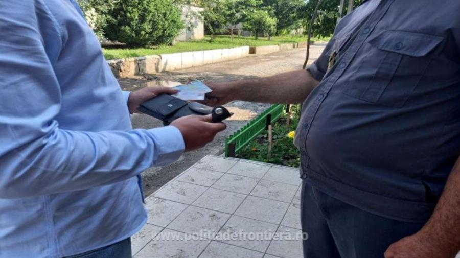 Câte 100 de EURO pentru fiecare? Conațional, depistat cu DOUĂ acte false la frontiera română