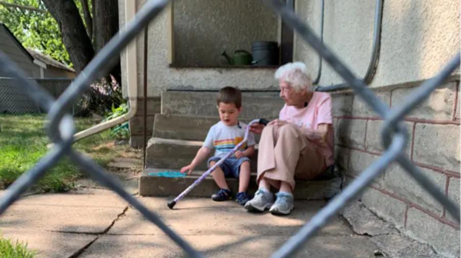 Emoționant! Ea are 100 de ani, iar el are 2 ani. O frumoasă istorie care arată că prietenia adevărată nu are vârstă