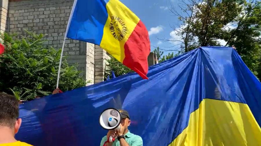 VIDEO AUR vs PSRM! E haos la sediul socialiștilor, acolo unde are loc un contraprotest