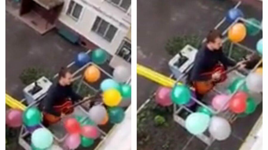 VIDEO Emoționant! Momentul în care un tânăr îi cântă iubitei sale la chitară, urcat cu autoscara.Video a devenit VIRAL