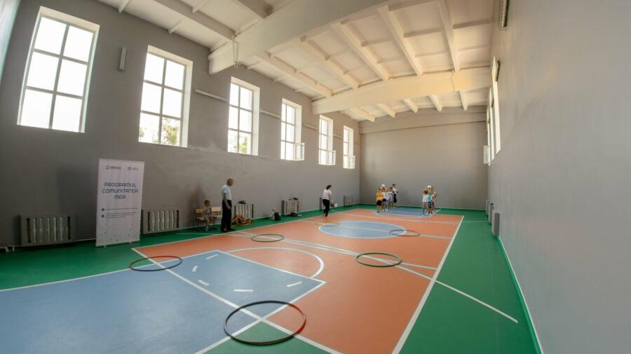 """FOTO SUA a pus umărul. Sălile de sport și festivități a școlii """"Vasile Moga"""", reparate cu suportul Guvernului american"""