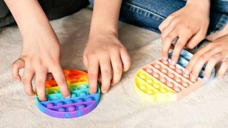 VIDEO De la folie cu bule la simple dimple! Despre pasiunea, nu doar a copiilor, pentru jucăriile antistres