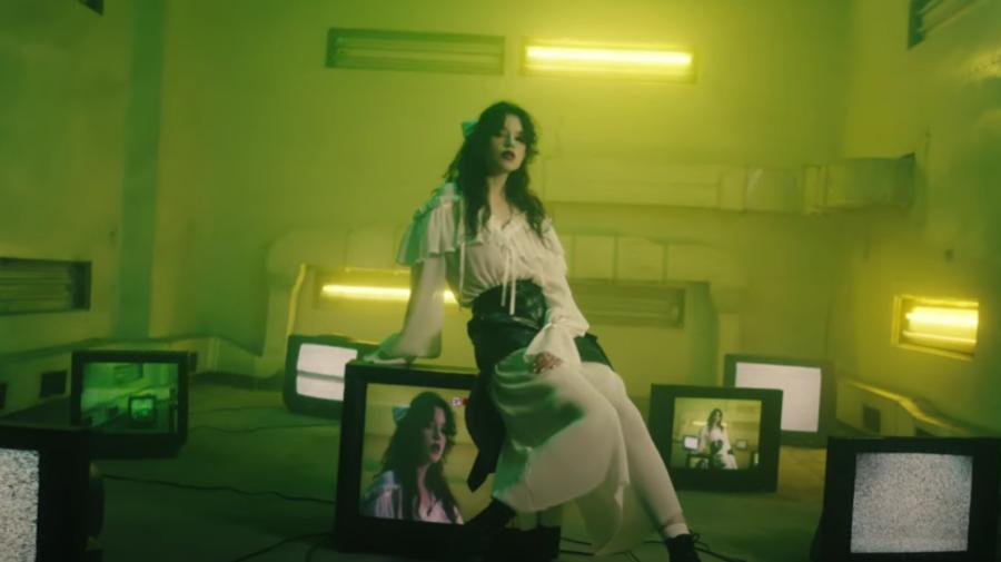 """VIDEO """"Nu mă mai ascund, fură-mi un sărut""""! Cleopatra Stratan, enigmatică și senzuală în noul său videoclip"""