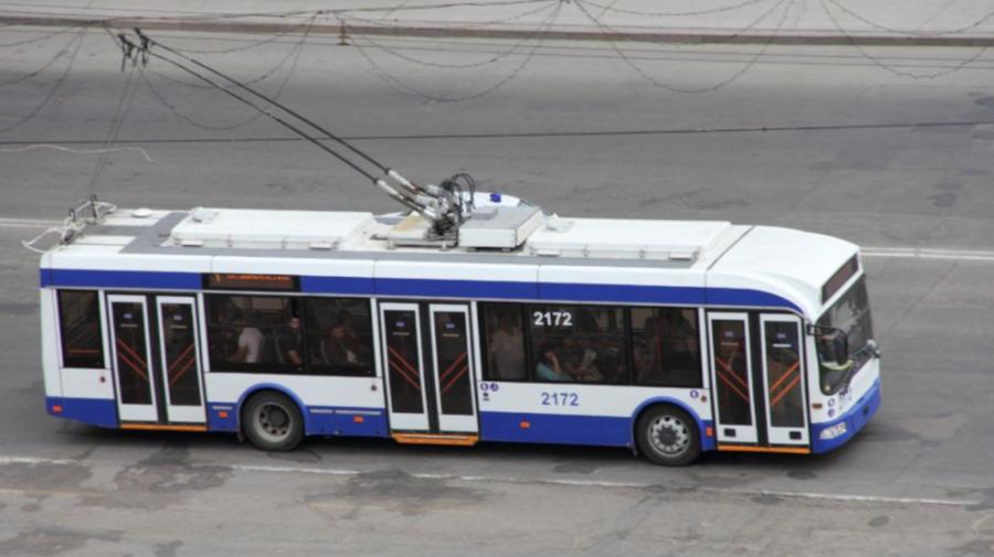 ACCIDENT în Capitală cu implicarea unui troleibuz. O persoană, TRANSPORTATĂ la spital