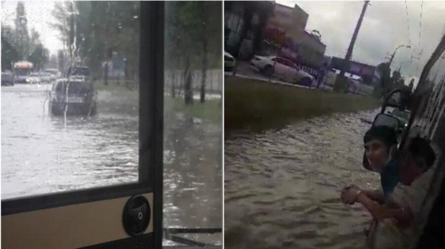 Troleibuze blocate de ploaie! Unele circulă cu întârzieri, iar altele au fost redirecționate pe alte străzi