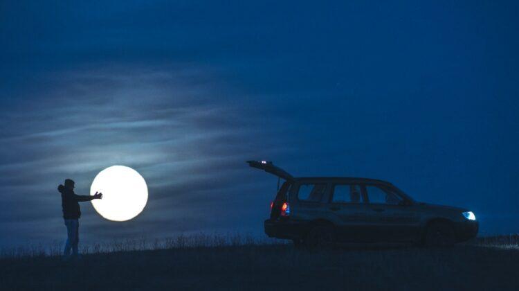 Omul care a furat Luna! Patru fotografii cu efect vizual spectaculos