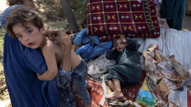 """FOTO Afganii fug de talibani și dorm pe străzi. Sunt și mii de copii. Ajung în Kabul și acolo întreabă: """"mai departe?"""""""