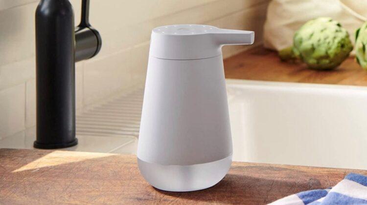 Amazon a scos un dozator de săpun haios! Îți spune glume, în timp ce te speli pe mâini. Iată cât costă!