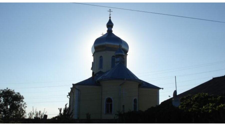 Situație incertă la biserica din Răzeni. Mitropolia Moldovei a numit un preot. Nu ar fi știut de conflictul familial