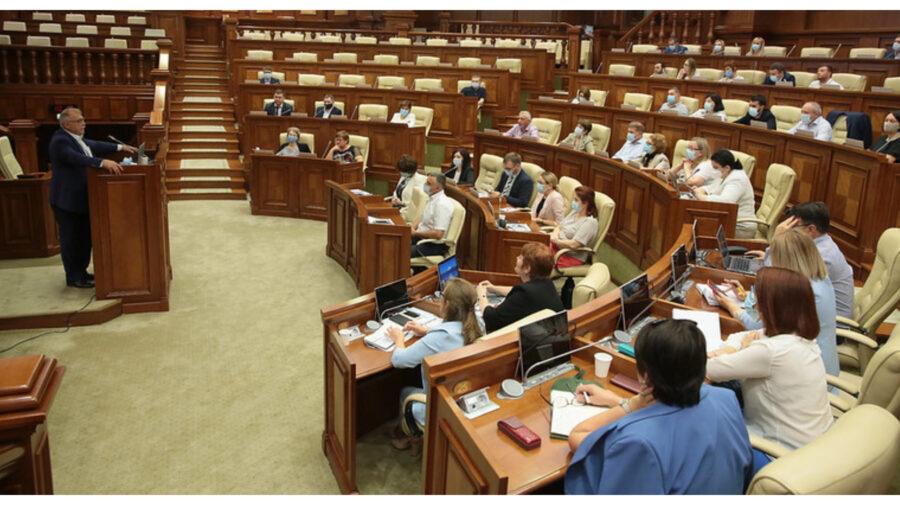 Deputații cursanți, la prima sesiune a programului de inițiere. Au fost familiarizați cu activitatea Secretariatului