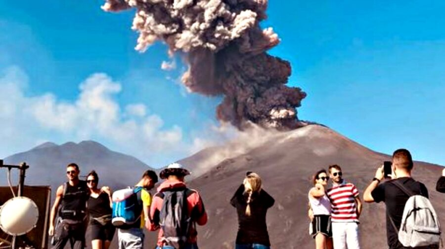 """FOTO, VIDEO Etna, cel mai înalt vulcan activ din Europa, s-a mai """"lungit"""" cu câțiva metri. Cum a fost posibil"""