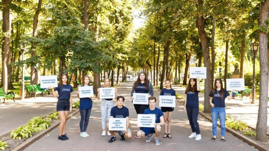 """FOTO Tinerii din Chișinău, îndemnați să devină """"Ambasadorii schimbării, ambasadorii integrității"""""""