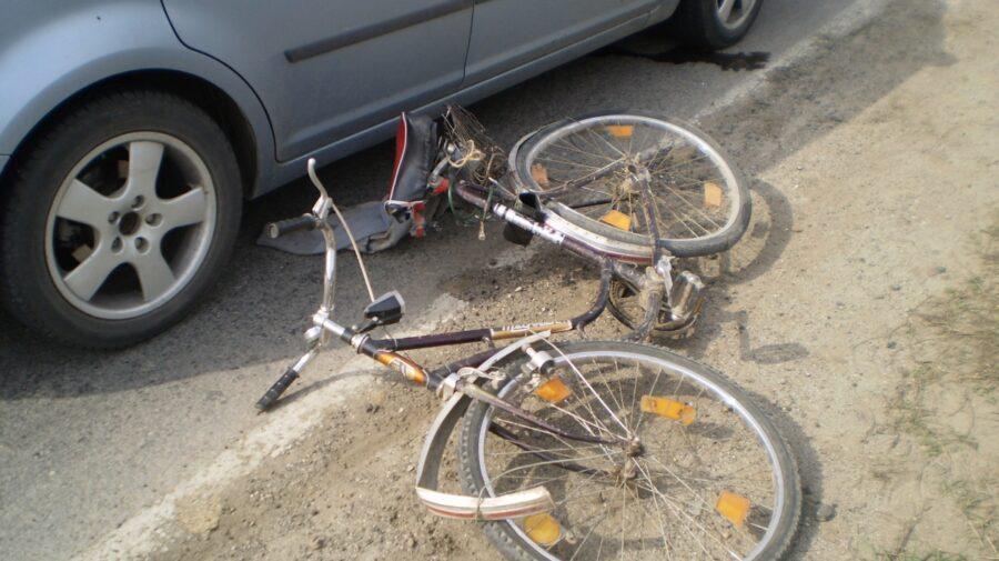 FOTO Impact mortal dintre o mașină Dacia și o bicicletă. Un bărbat de 72 de ani a decedat pe loc