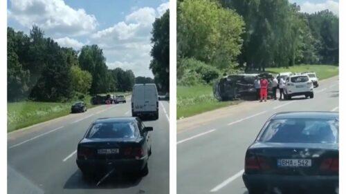 VIDEO O ambulanță a ajuns cu roțile în sus! S-a întâmplat la Edineț, pe marginea traseului