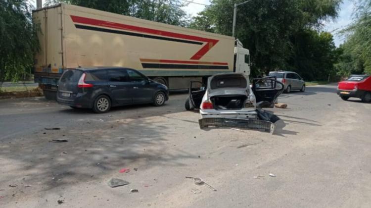 VIDEO Impact șocant la Cahul! Un BMW, pus pe brânci după ce a fost tamponat de un microbuz. I-a sărit roțile