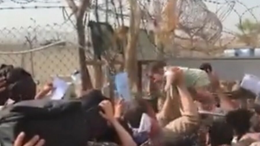 VIDEO Femeile afgane, în lacrimi! Își aruncă bebelușii peste gardul de sârmă ghimpată în aeroportul din Kabul