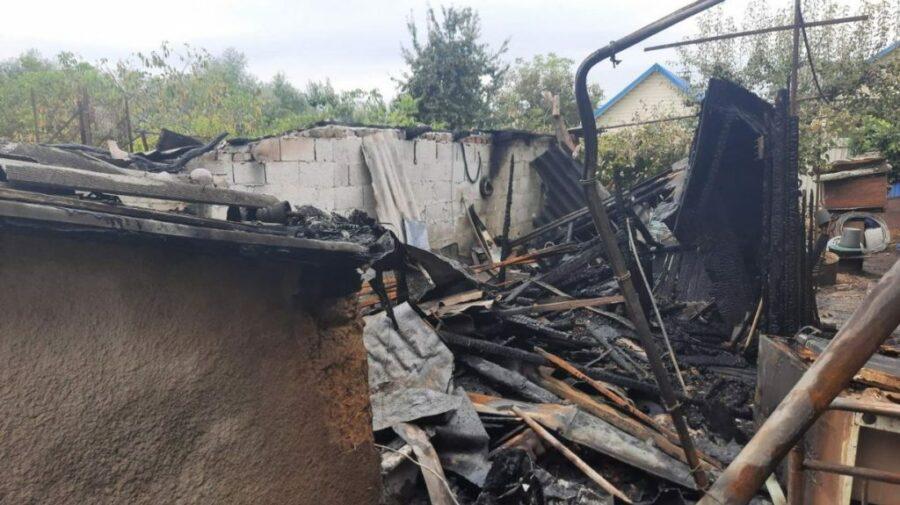 FOTO Incendiu la Bălți. Două echipaje de pompieri au luptat cu flăcările mai mult de o oră