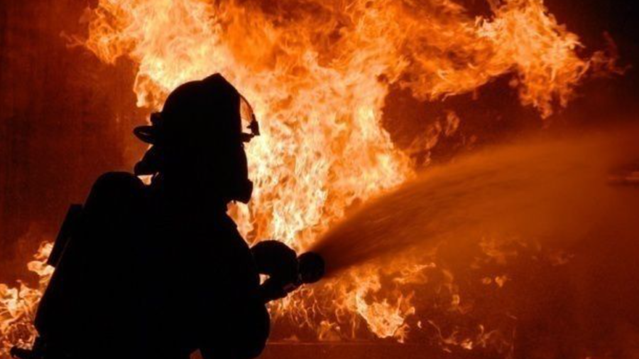 FOTO Incendiu nocturn în orașul Bender. Un bărbat a murit după ce apartamentul a fost cuprins de flăcări