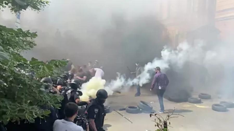 VIDEO Luptă între naționaliști și poliție în fața oficiului președintelui Ucrainei, Vladimir Zelenski