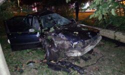 FOTO A intrat într-un gard din Capitală cu BMW-ul! După impact, șoferul a ajuns în stare gravă la spital