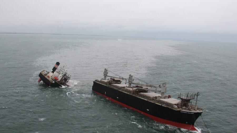 FOTO Ai văzut vreodată o navă ruptă în două? Iată una în nordul Japoniei, provocând o mare scurgere de petrol