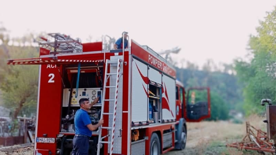 FOTO Pompierii moldoveni luptă cu flăcările din Grecia. Sting focare ascunse și defrișează arborii supuși arderii