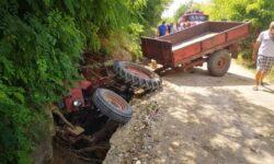 """FOTO Un tractor, """"înghițit"""" de un șanț la Telenești. Șoferul de 59 de ani a fost preluat la spital în stare gravă"""