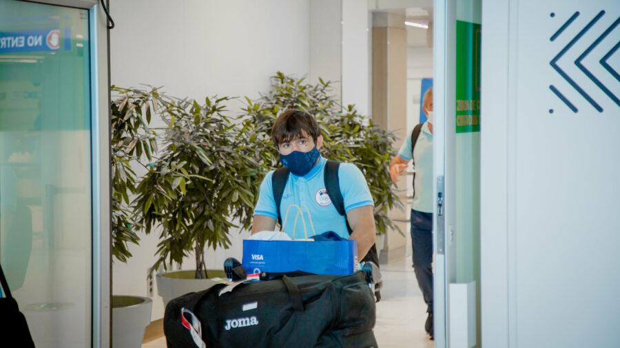 FOTO Cu flori și APLAUZE. Cine l-a întâmpinat pe luptătorul Victor Ciobanu la AEROPORT