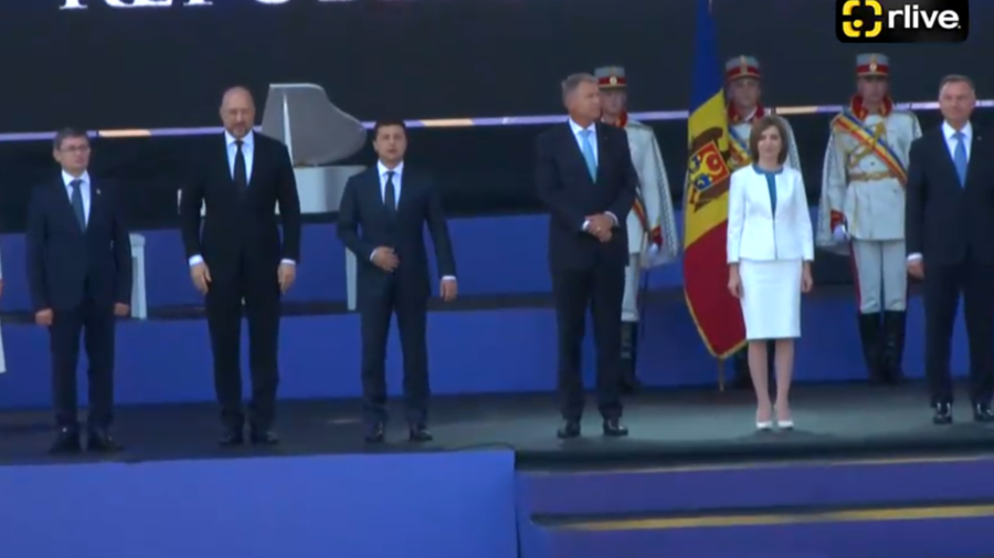 """""""Au învins ceața"""". Iohannis și Zelenski au ajuns totuși la Chișinău. Au luat parte la parada militară care era pe final"""