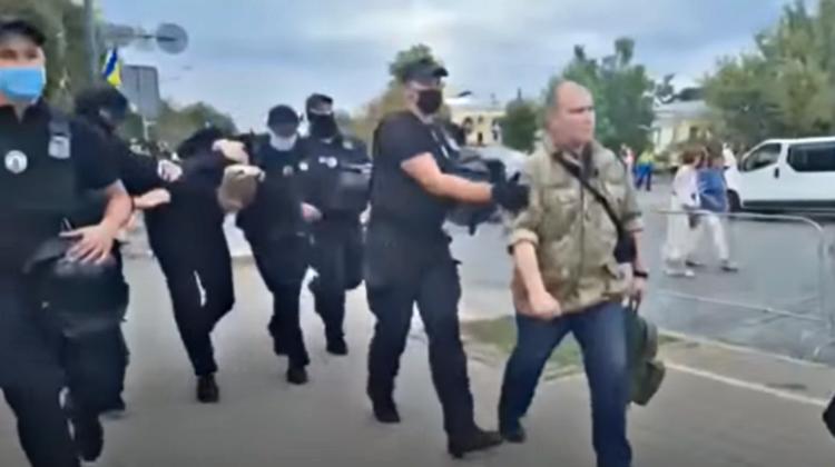 VIDEO Încătușat și trecut prin mulțime! A fost reținut bărbatul care l-a stropit pe Poroșenko cu verde de briliant