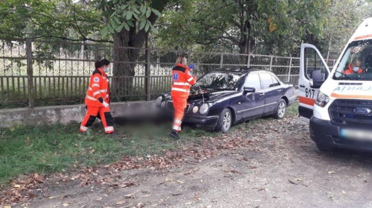 FOTO Accident mortal la Edineț! Un bărbat a fost lovit de o mașină în timp ce se odihnea pe scaunul de lângă poartă