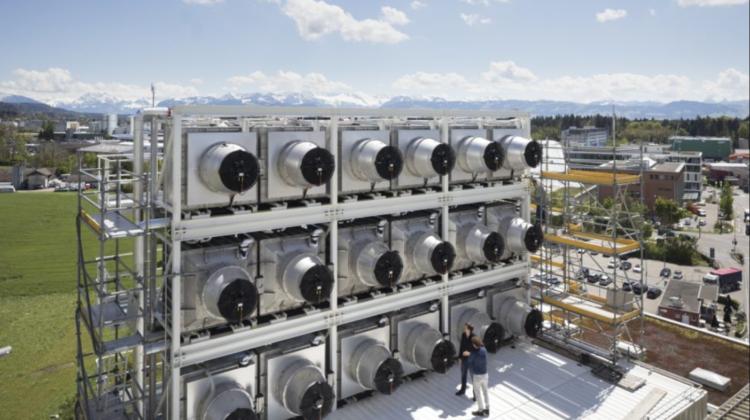 Un startup a creat cea mai mare fabrică din lume ce absoarbe dioxidul de carbon din aer