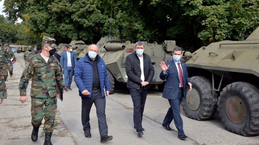 """Deputații au """"asaltat"""" Ministerul Apărării și o Brigadă de Infanterie Motorizată. Le-a ținut piept Anatolie Nosatîi"""