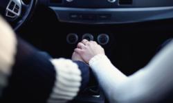 FOTO Doi tineri din Anglia s-au răsturnat cu maşina după ce au atins frâna de mână în timp ce făceau sex