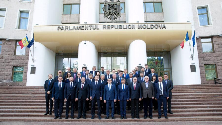Fotbalul s-a mutat la Parlament. Igor Grosu a primit în vizită delegația UEFA și FMF. S-au împărțit și medalii