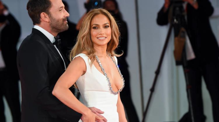 FOTO Jennifer Lopez, cu abdomenul la vedere pe străzile din Los Angeles. Imagini surprinse de paparazzi