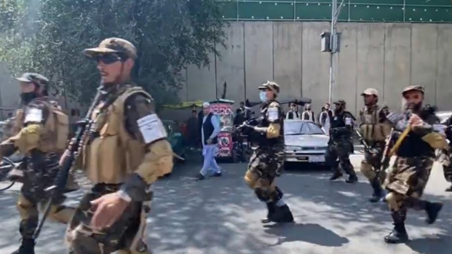 """VIDEO Haos la Kabul! Talibanii au deschis focul pentru a împiedica un protest: """"Au tras timp de 10 minute non-stop"""""""