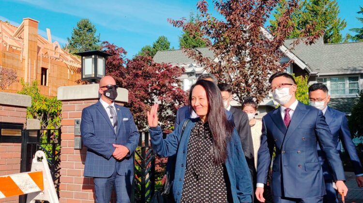 VIDEO Fiica fondatorului Huawei, eliberată. Ce se ascundea în bagajele ei, când a fost arestată