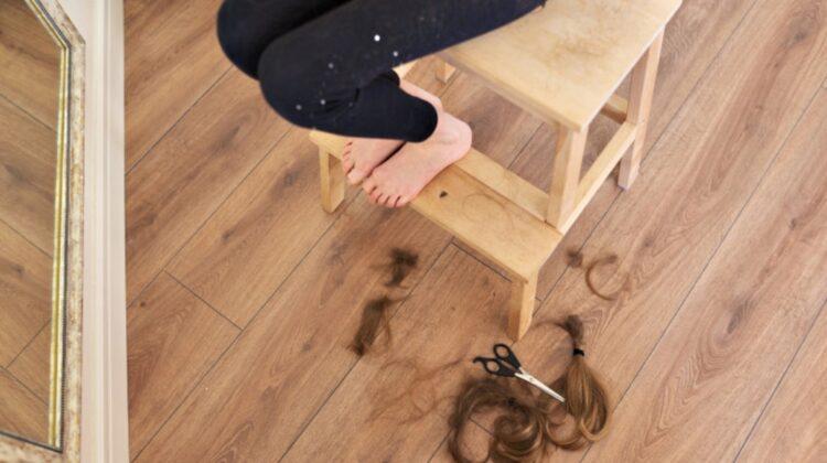 SUA: O fetiță s-a întors de la școală cu părul tuns de o profesoară. Tatăl cere despăgubiri de 1 milion de dolari!