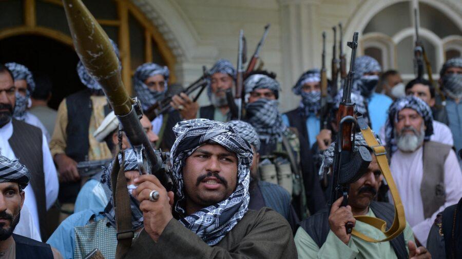 Premieră în Afganistan! Poliția afgană și-a reluat activitatea pe aeroportul din Kabul, alături de talibani
