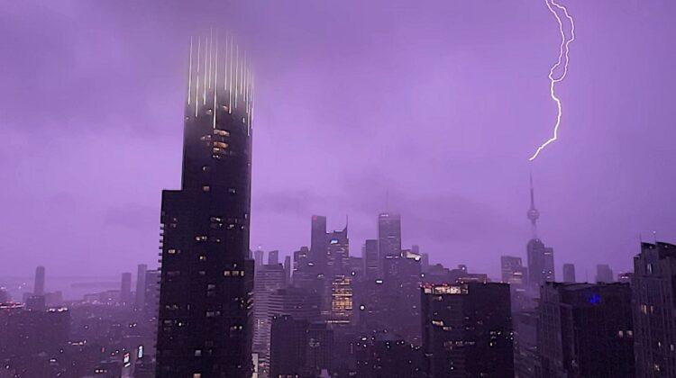 VIDEO Cerul din Toronto ca în filme fantastice! Turnul Canadian, fulgerat de cel puțin 6 ori. Și strașnic, și frumos!