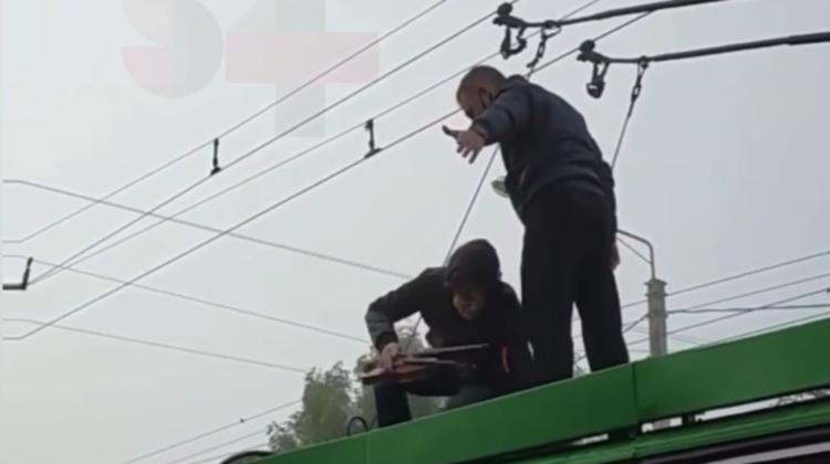 (VIDEO) Troleibuz cu violonist pe acoperiș. Gestul unui tânăr, care însă nu a fost apreciat de călători