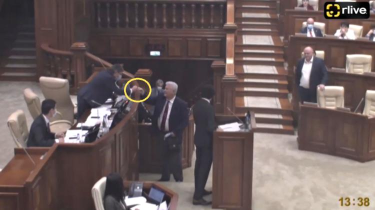 """VIDEO Și-au dat pumnii! """"Ordinul"""" lui Voronin către Grosu, înainte de a ieși din sala plenului"""