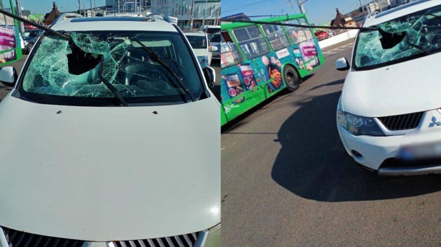 Noi detalii despre accidentul de dimineață! Șoferul automobilului, transportat la spital! Cine e de vină?