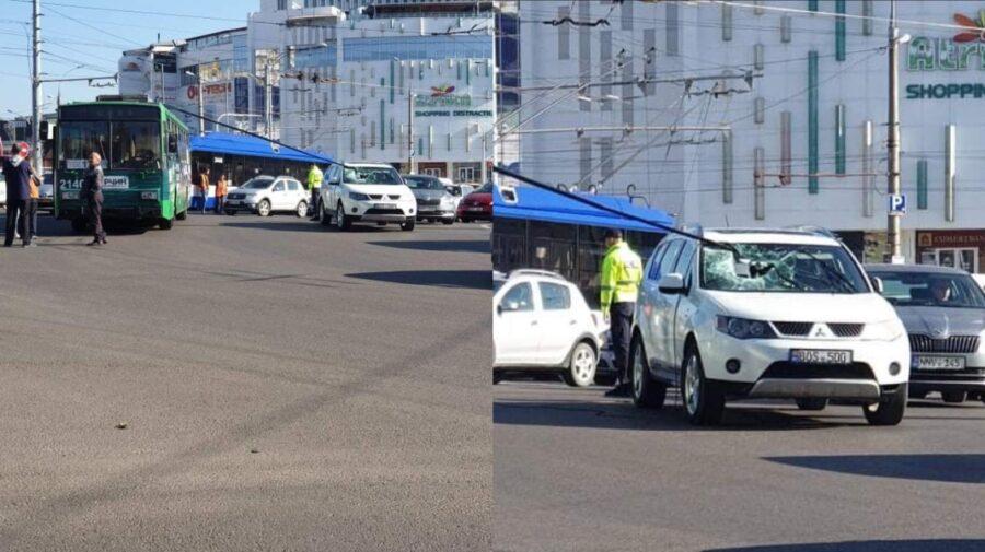 FOTO Ghinion pentru un șofer din Capitală! Bara unui troleibuz i-a spart parbrizul mașinii. Sunt și victime